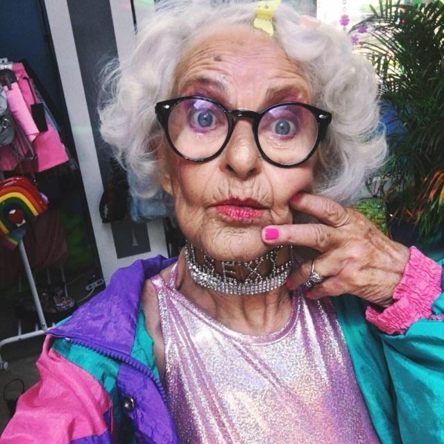 Як 87-річна бабуся жує червоні бургери, слухає Бібера і вдає з себе веселку - фото 2