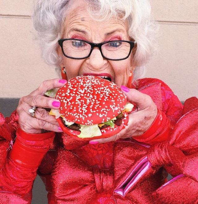 Як 87-річна бабуся жує червоні бургери, слухає Бібера і вдає з себе веселку - фото 3