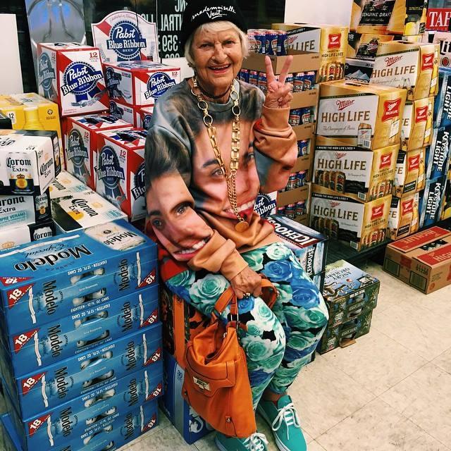 Як 87-річна бабуся жує червоні бургери, слухає Бібера і вдає з себе веселку - фото 1