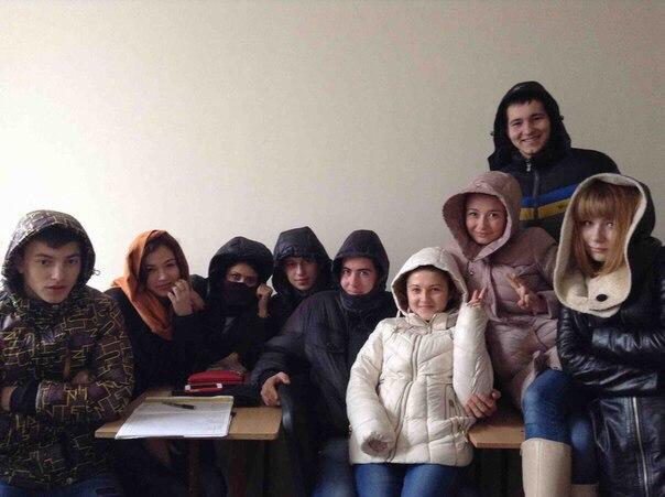 Миколаївські студенти гріються на парах у куртках