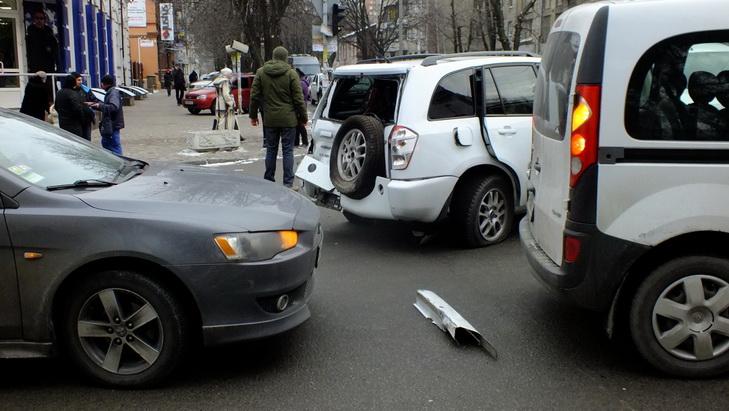 В центрі Дніпра екскаватор-руйнівник зносив автівки на своєму шляху - фото 1