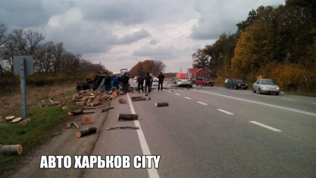 Під Харковом внаслідок ДТП розірвало легковик: дві людини загинули (ФОТО 18+) - фото 1