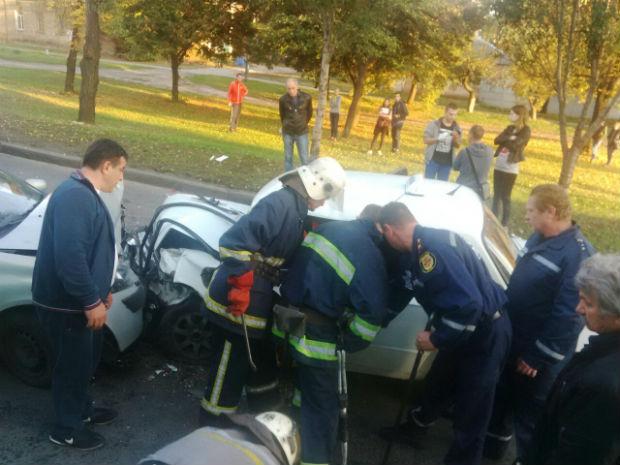 У Харкові - лобове зіткнення легковиків: троє людей в лікарні, водія витягували рятувальники - фото 1
