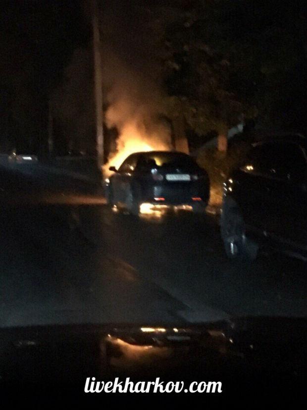У Харкові невідомі підпалили припарковану на вулиці іномарку - фото 1