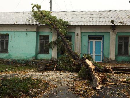 Негода у Донецьку: повалені дерева та зруйновані покрівлі (ФОТО) - фото 4