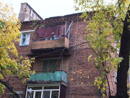 Негода у Донецьку: повалені дерева та зруйновані покрівлі (ФОТО) - фото 3