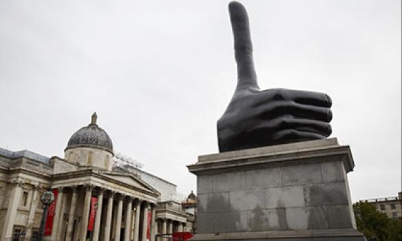 Огромную руку споднятым пальцем установили вцентре Лондона