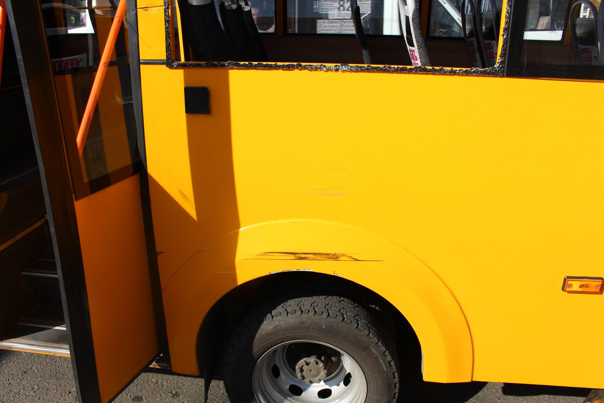 У Миколаєві біля зупинки зіткнулися тролейбус та маршрутка: є постраждалі