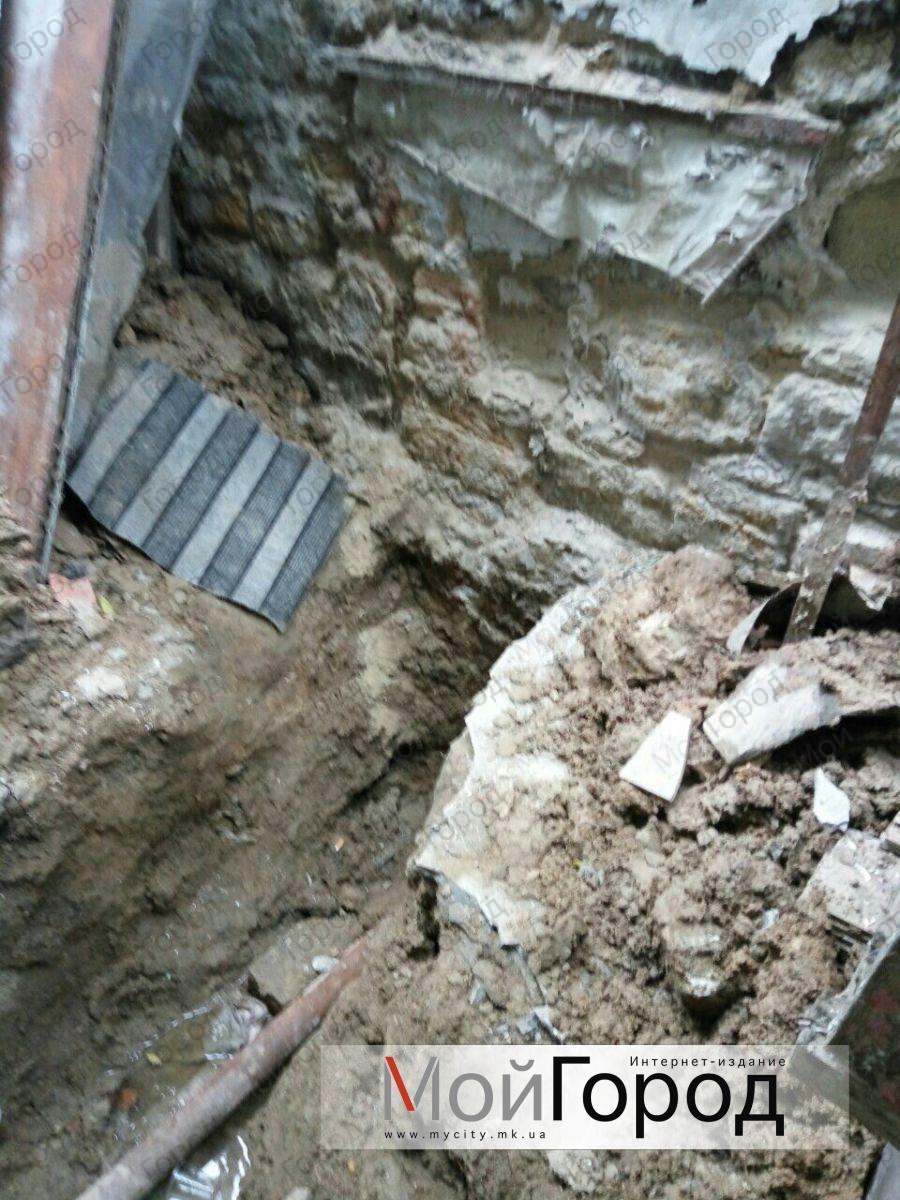 У Миколаєві ЖЕК ніяк не полагодить труби в 100-річному будинку: жителі без опалення