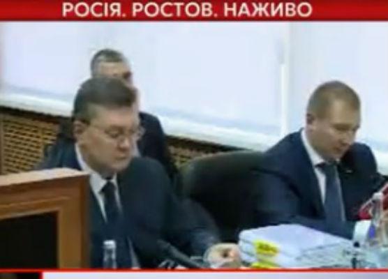 Янукович показався на камеру в окулярах і з ручкою - фото 1