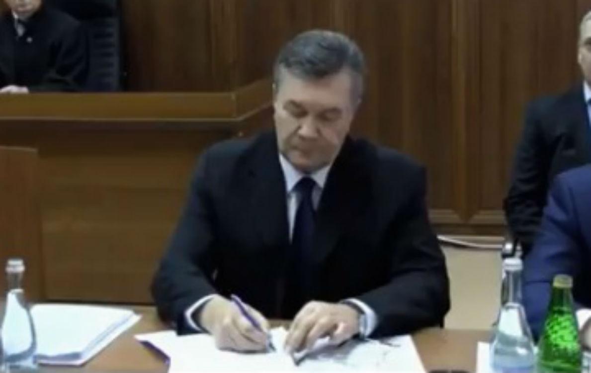 Янукович схопився за ручку перед допитом (ФОТО) - фото 1