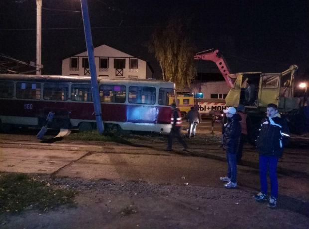 У Харкові трамвай злетів з рейок та пошкодив електроопору - фото 1