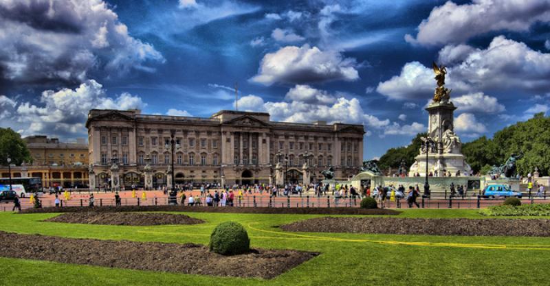 Лондонская милиция задержала «любопытного», перелезшего через ограду Букингемского замка