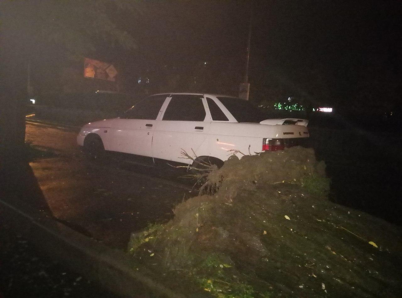 У Миколаєві через негоду електроопора впала на припарковані авто - фото 3