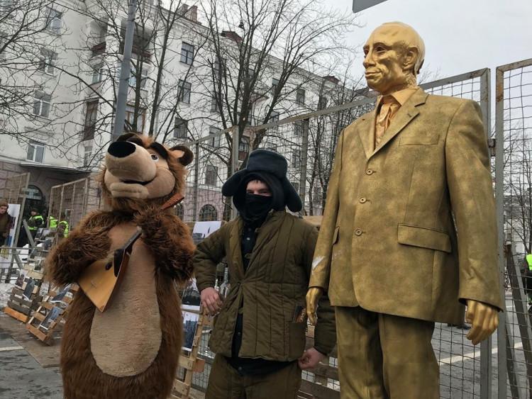 До генконсульства Росії в Харкові принесли труну з опудалом Путіна і розмалювали автомобіль із дипномерами - Цензор.НЕТ 599