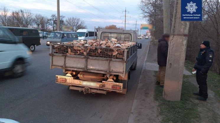 В Херсоне остановили грузовик с древесин…
