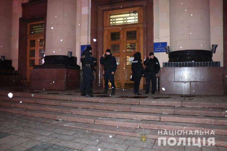 Файеры под окнами ОГА в Харькове: Полици…
