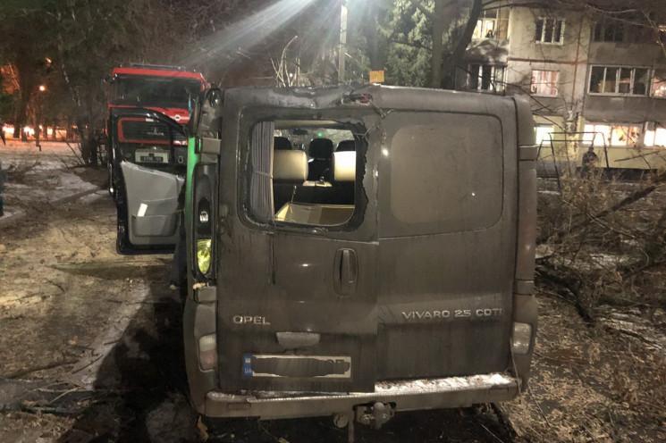 В Харькове огромный клен рухнул на микро…