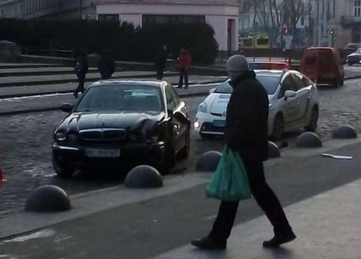 У центрі Львова сталася ДТП з напівкулею…