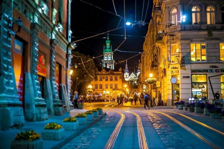 У Львові невідомі з балончиками поприска…