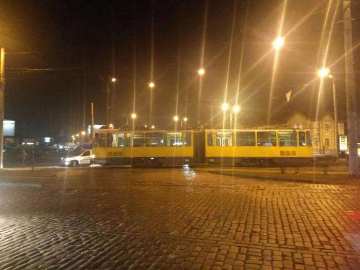 У Львові трамвай заблокував дорогу на во…