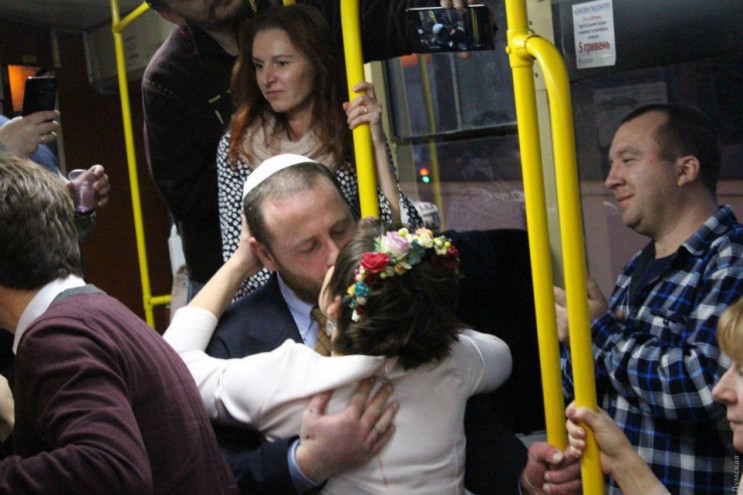 """В одесском трамвае """"безбашенно"""" поженили…"""