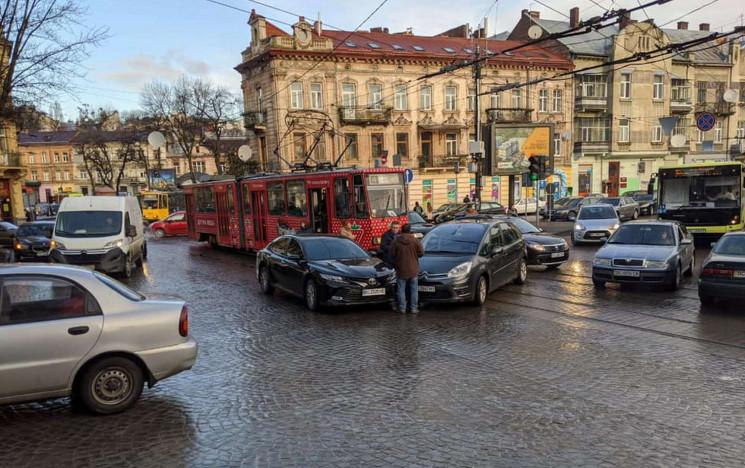 У Львові автомобілі зіткнулися на трамва…