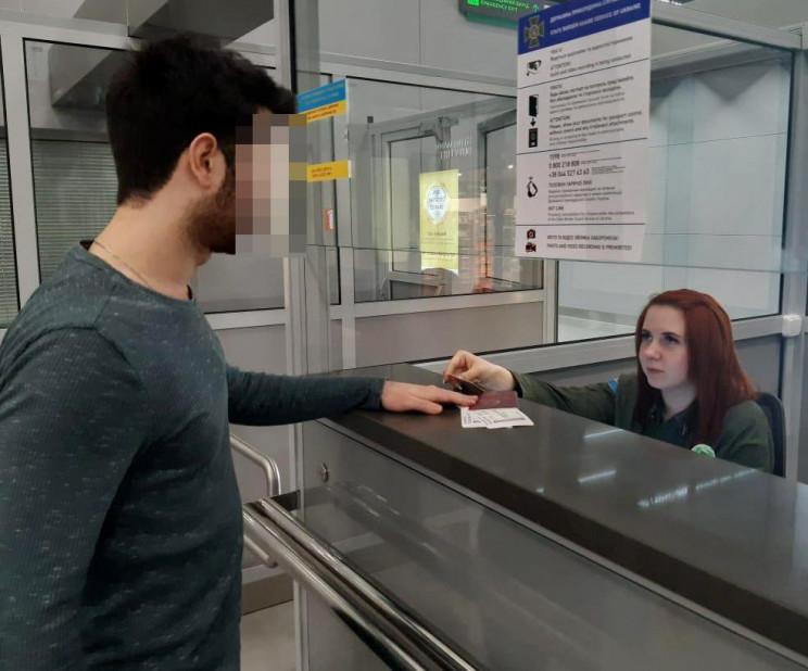 В одеському аеропорту турок намагався ви…