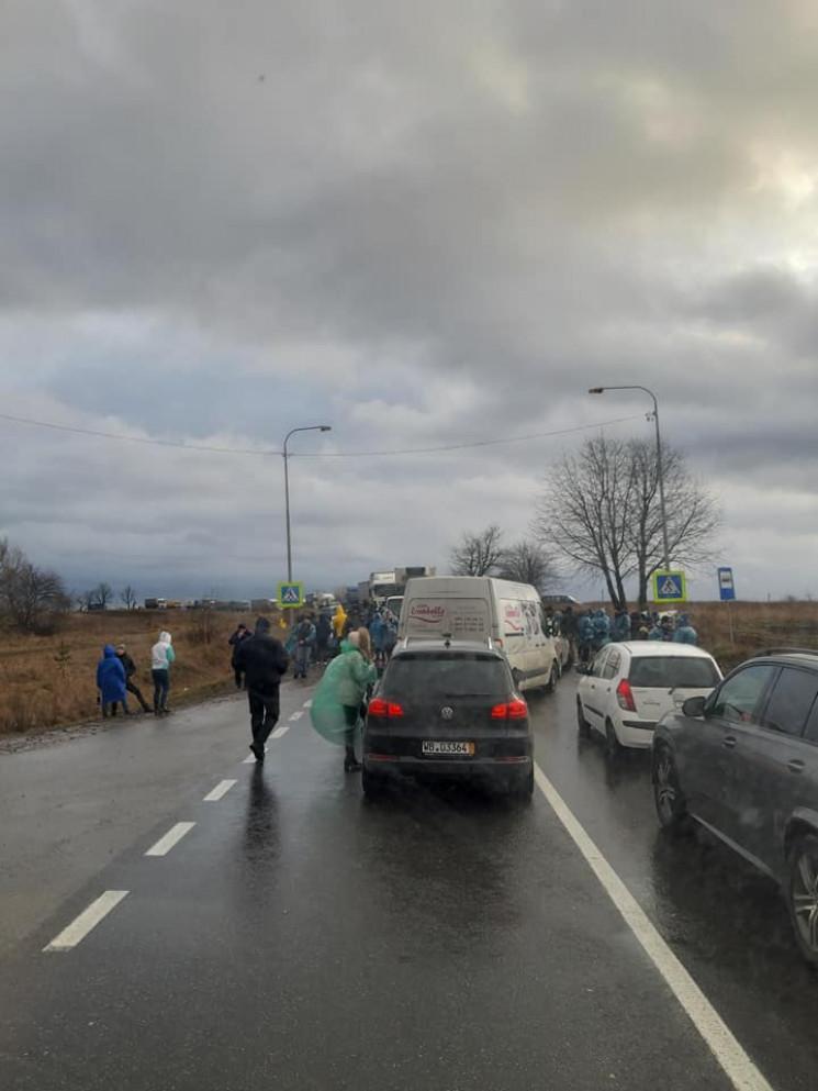 На Львівщині знову заблокували рух на тр…
