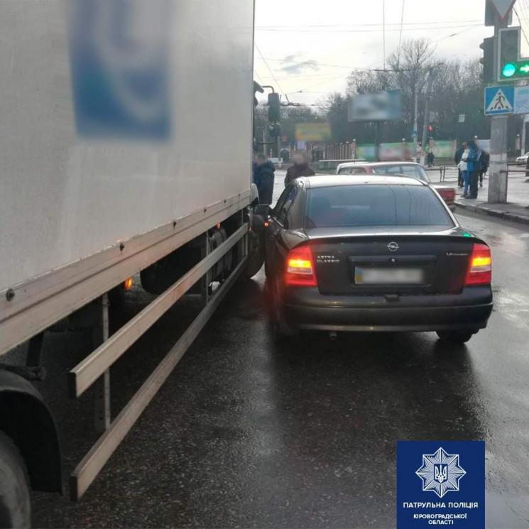 У Кропивницькому вантажівка врізалась у…