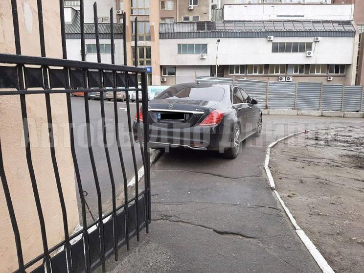 У Дніпрі автохам запаркувався на тротуар…
