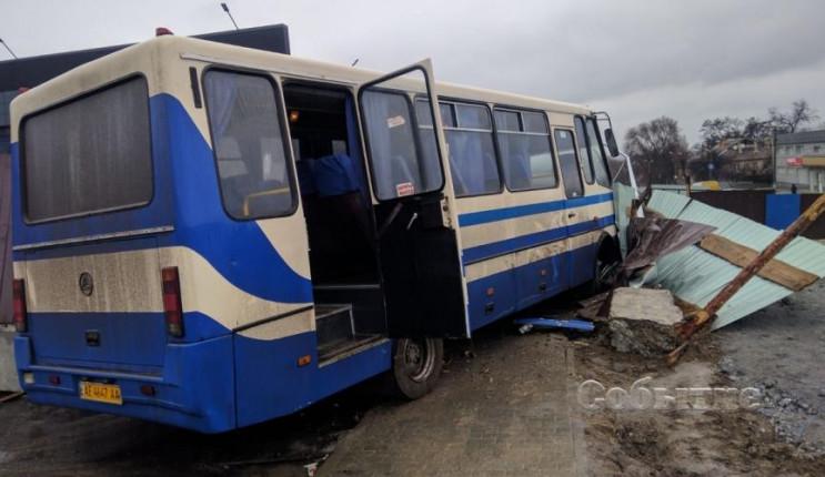 В Каменском автобус с детьми и мертвым в…