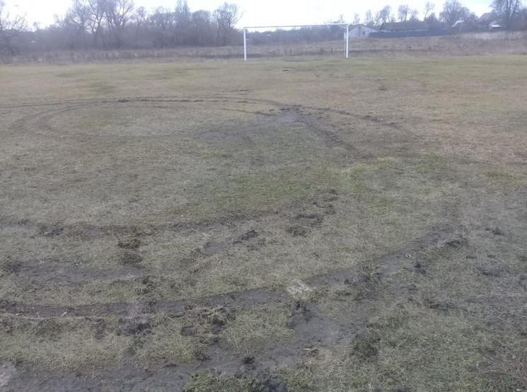 У Ямполі вандал зіпсував футбольне поле…