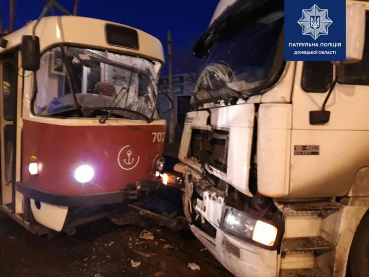 В Мариуполе грузовик не пропустил трамва…