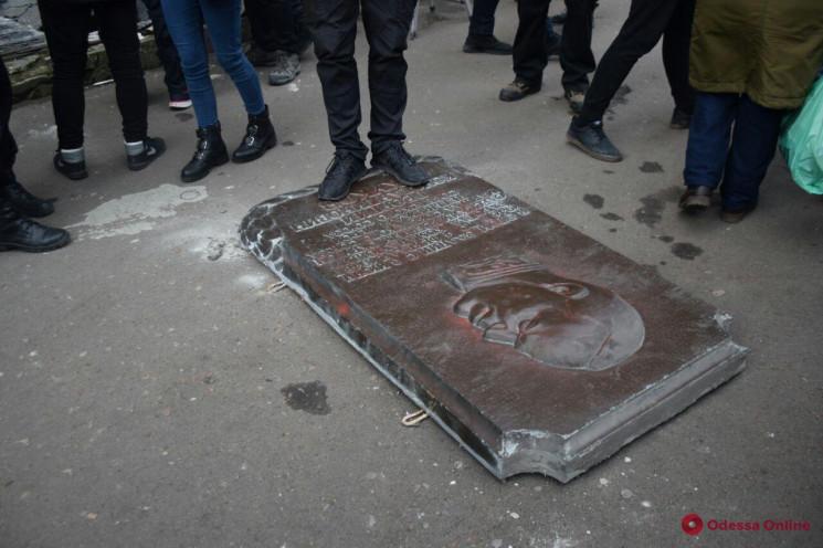 В Одесі демонтували меморіальну дошку Жу…