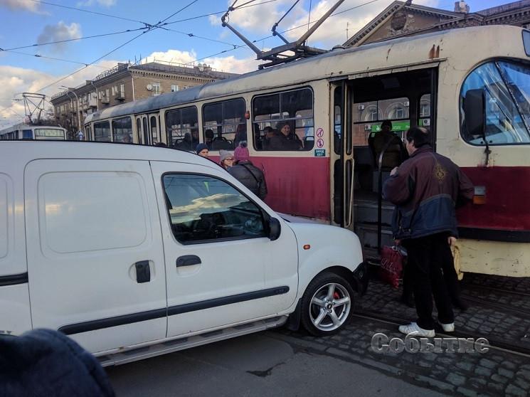 В Каменском машина протаранила трамвай с…
