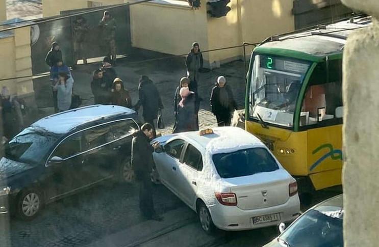У Львові трамвай вдарив таксі (ФОТО)…