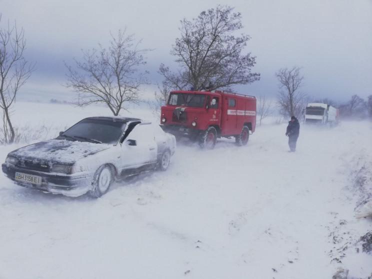 На Одещині автівки застрягають у снігови…