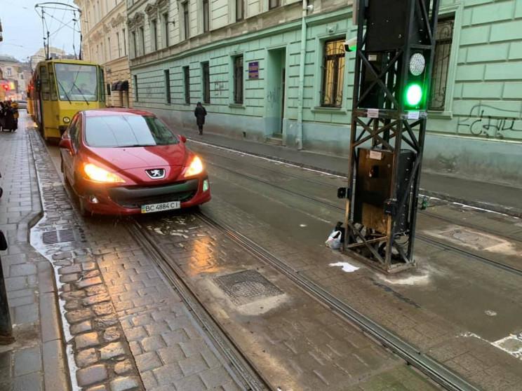 У центрі Львова автомобіль протаранив бо…