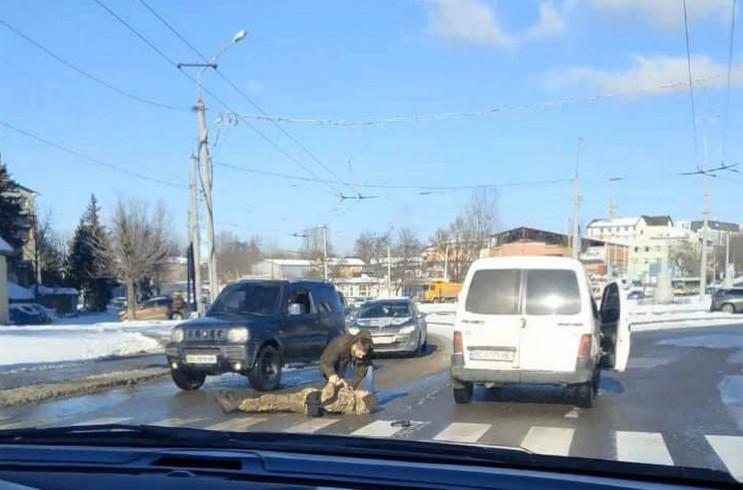 У Львові автомобіль збив чоловіка у каму…