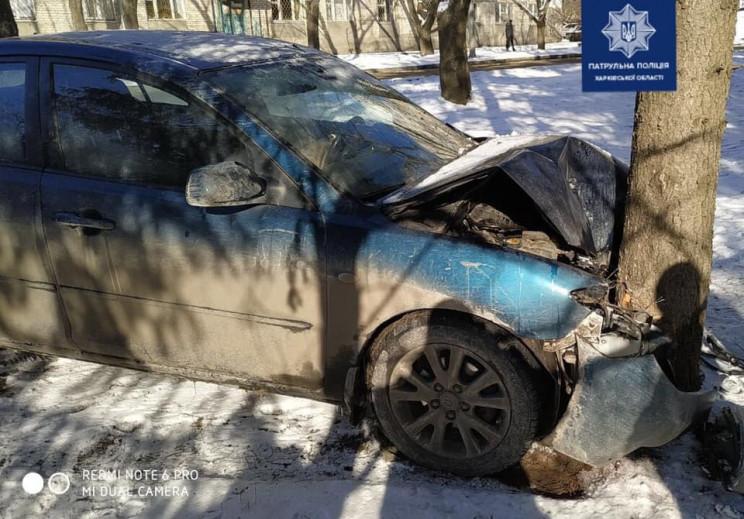 В Харькове водитель Mazda влетел в дерев…