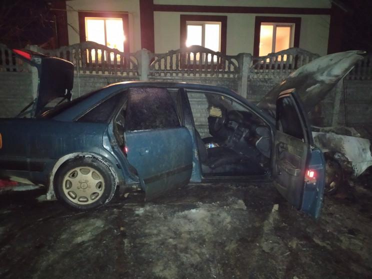 Под Харьковом во дворе сгорело Audi 100…