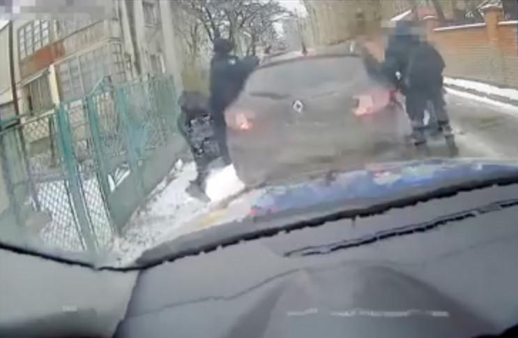 У Львові водій затиснув поліцейському ру…