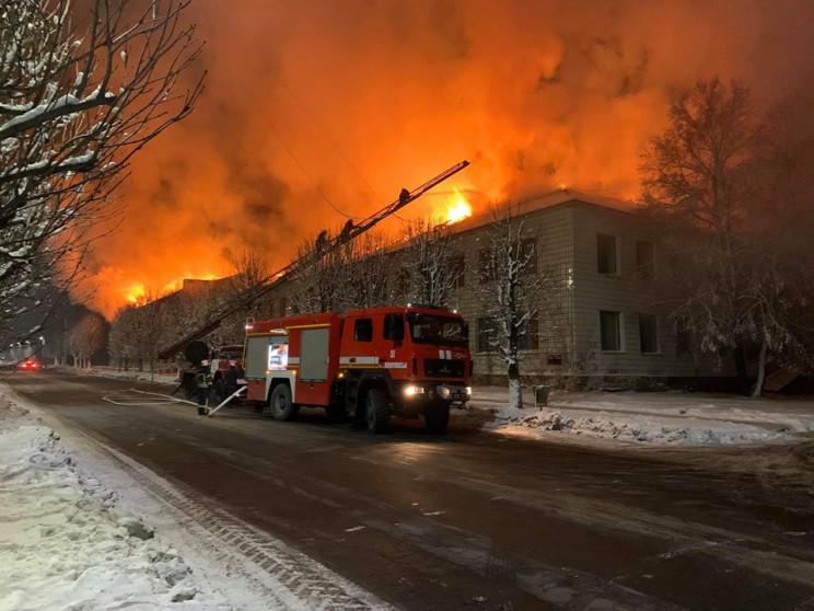 У центрі Мирнограда палає велика будівля…
