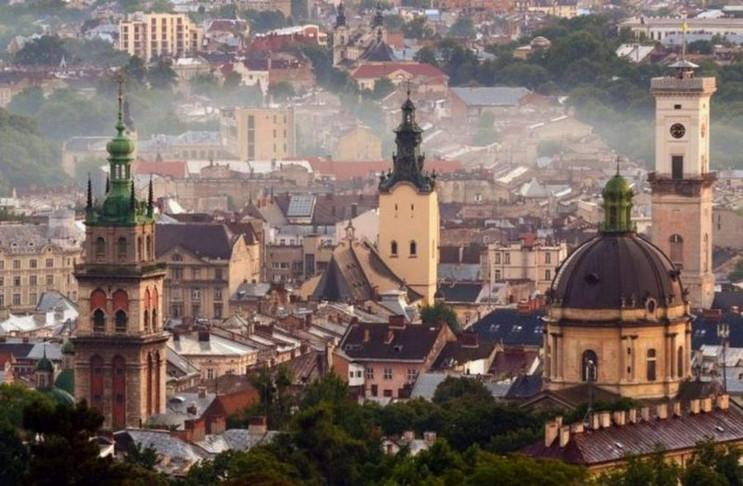 У Львові сильний вітер пошкодив рекламу…