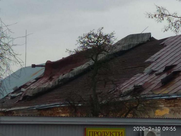 Як у Жовкві вітер зриває дах з будинку (…