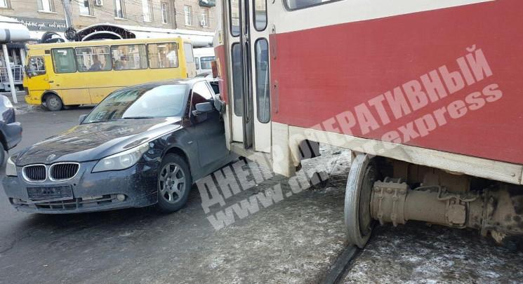 В Днепре трамвай сошел с рельсов и вреза…