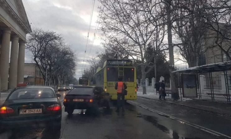 В центре Херсона троллейбус с пассажирам…