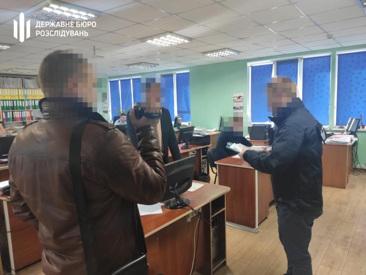 Слідчі Хмельницького ДБР прийшли з обшук…