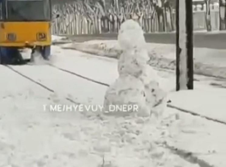 В Днепре снеговик остановил трамвай…